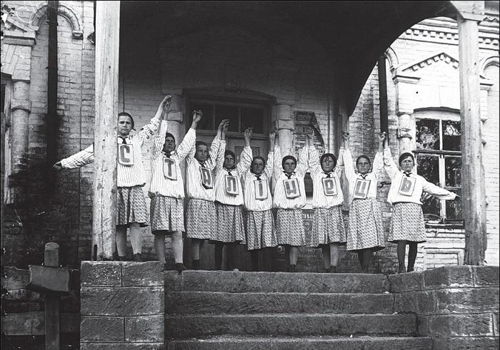 Дети в пионерском лагере. Днепропетровская обл, 1933 год.