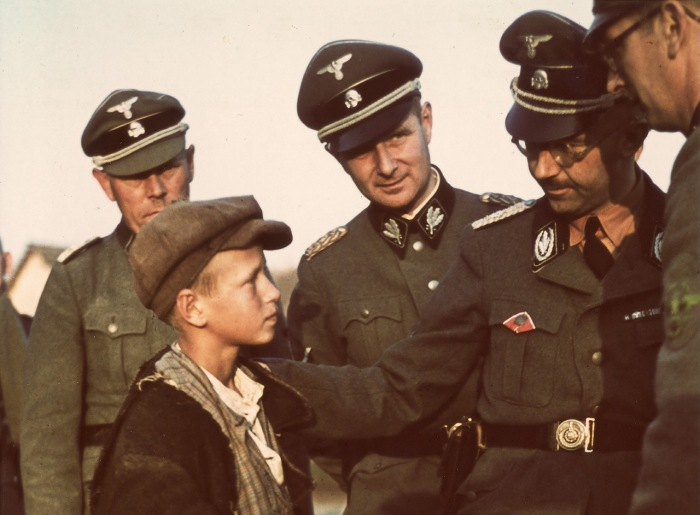 Рейхсфюрер СС Генрих Гиммлер беседующий с мальчиком. Беларусь, 1941 год.