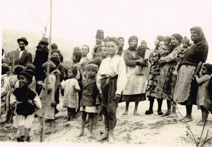 Местные жители перед отправлением на принудительные работы. СССР, 1941 год.