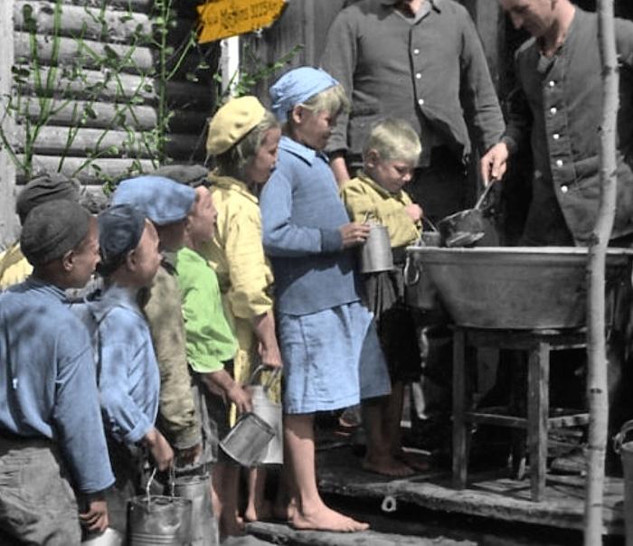 Немецкие солдаты кормят советских детей. СССР, Украина, 1941 год.