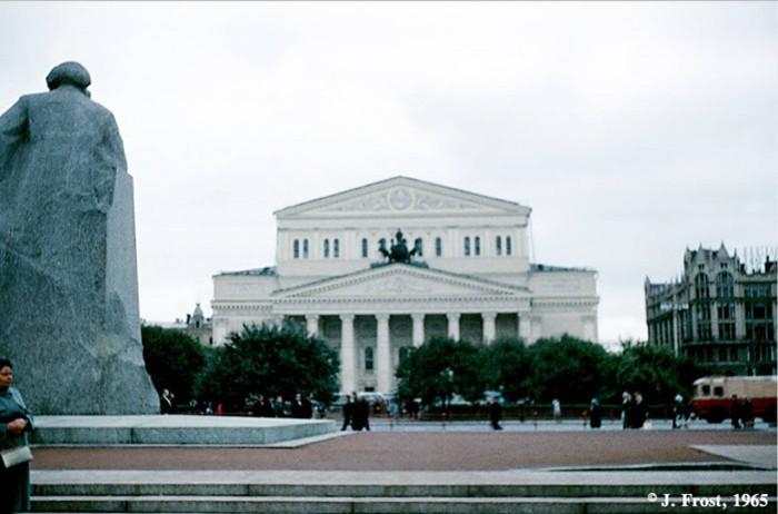 Статуя Карла Маркса напротив Большого театра. СССР, Москва, 1965 год.