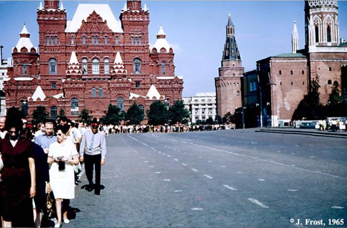 Очередь в Мавзолей Ленина на Красной площади. СССР, Москва, 1965 год.