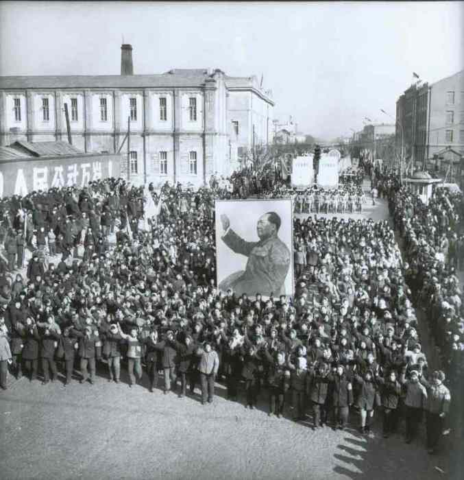 Многолюдный марш на улице в Харбине.