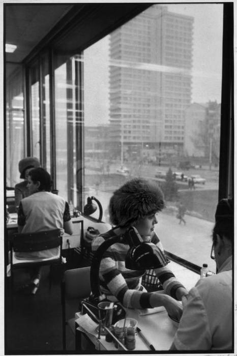 Девушка в салоне красоты Чародейка. СССР, Москва, Арбат, 1972 год.