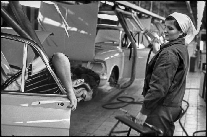 Сборочная линия на автозаводе Москвич. СССР, Москва, 1972 год.