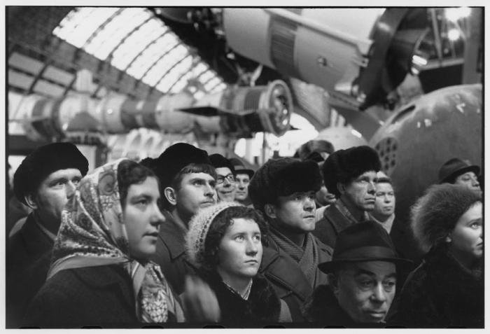 Группа посетителей в космическом павильоне ВДНХ. СССР, Москва, 1972 год.