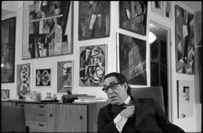 Коллекционер Георгий Дионисович Костаки у себя дома. СССР, Москва, 1972 год.