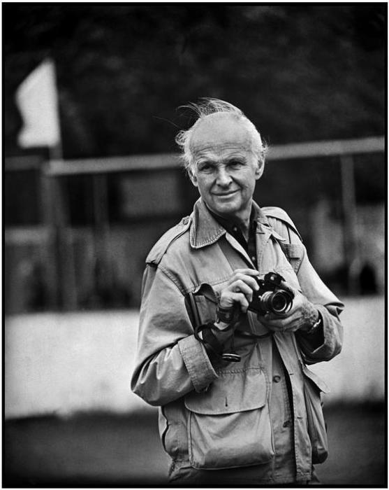 Портретный снимок французского фотографа и мастера реалистичной фотографии XX века.
