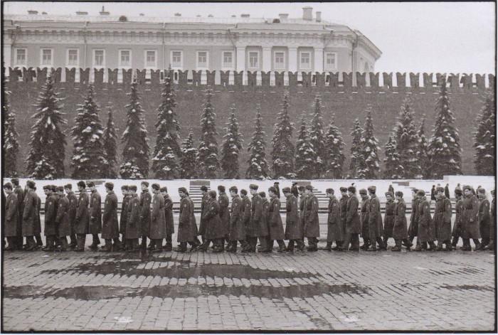 Солдаты возле Мавзолей Ленина на Красной площади. СССР, Москва, 1972 год.