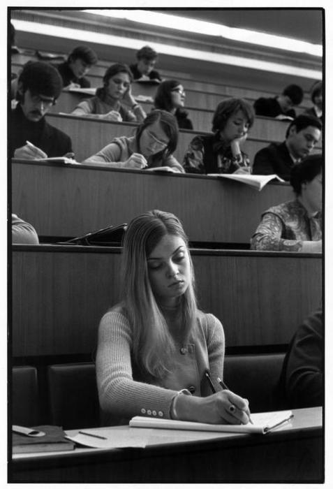 Студенты МГУ, пишущие лекцию. СССР, Москва, 1972 год.
