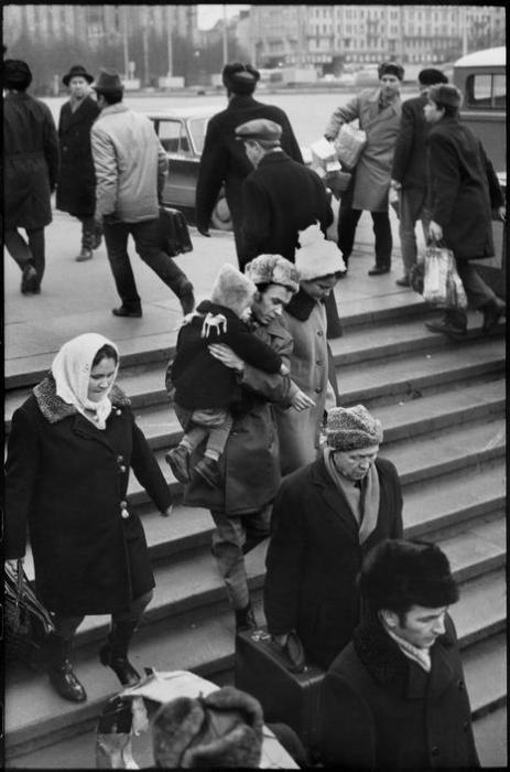 Люди, спускающиеся в метро. СССР, Москва, 1972 год.