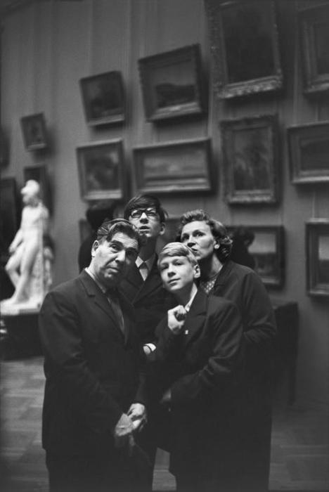 Люди, восхищающиеся экспозициями в Третьяковской галерее. СССР, Москва, 1972 год.