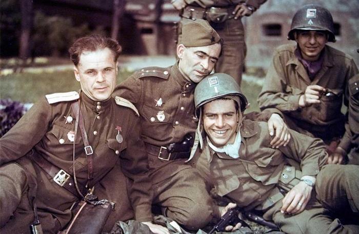 Последние дни нацистской Германии в объективе военкоров.
