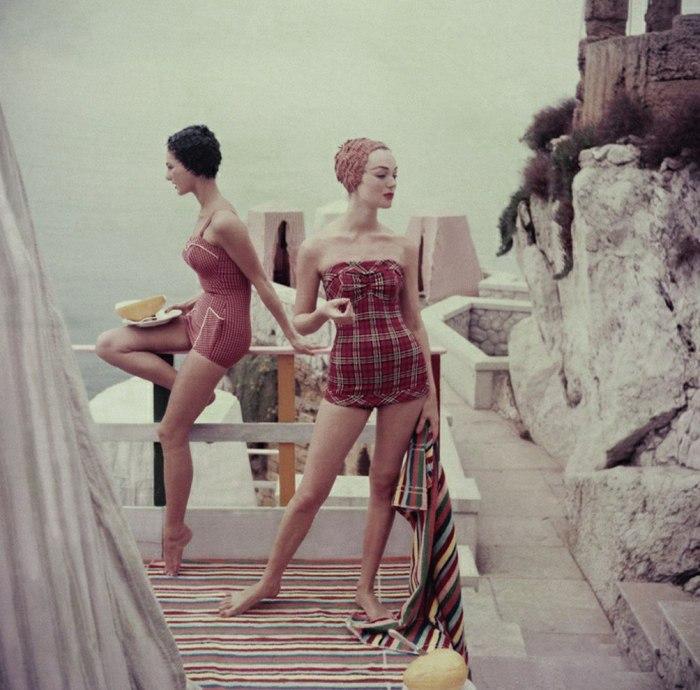 Модели в модных клетчатых купальниках кушающие дыню. 1960-е годы.