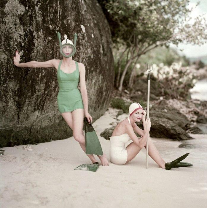 Девушки перед занятием подводным ловом. 1960-е годы.