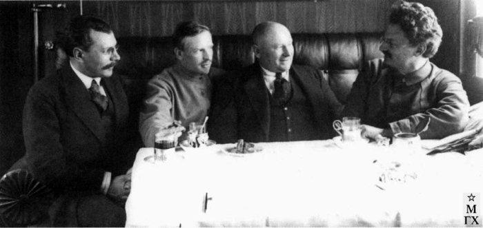 Лев Давидович Троцкий (крайний справа),Иоаким Иоакимович Вацетис (второй справа) и другие, в вагоне агитпоезда имени Льва Давидовича Троцкого. Москва, 1918 год