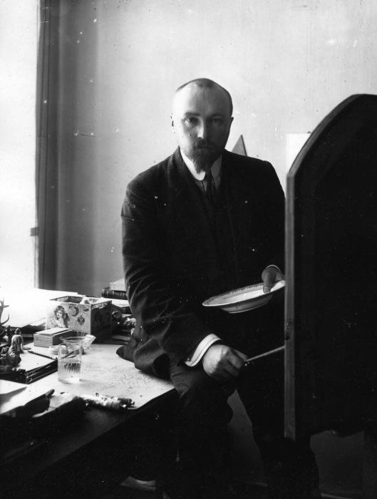 Николай Константинович Рерих - русский художник, сценограф, философ-мистик, писатель, путешественник, археолог, общественный деятель, в мастерской. Петербург 1910-е годы.