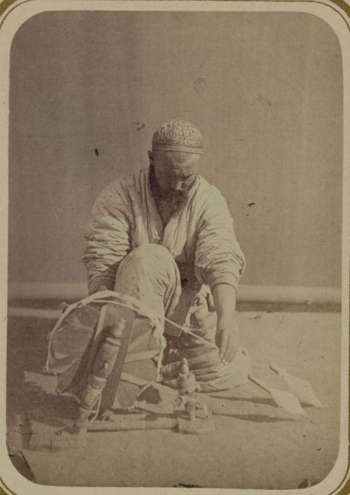 Страчивание ниток. Средняя Азия, конец XIX века.