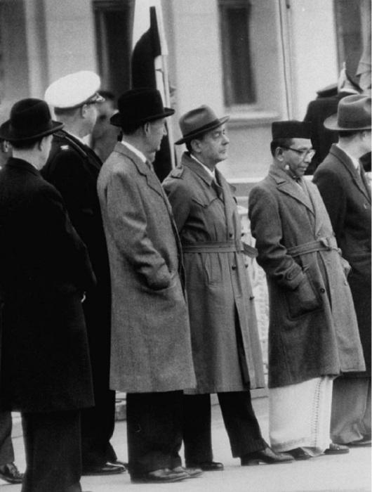 Американские дипломаты в аэропорту в ожидании прилета Гамаля Абдель Насера. СССР, Москва, 1958 год.
