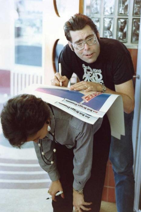 Стивен Кинг подписывает плакат фанату, 1985 год.
