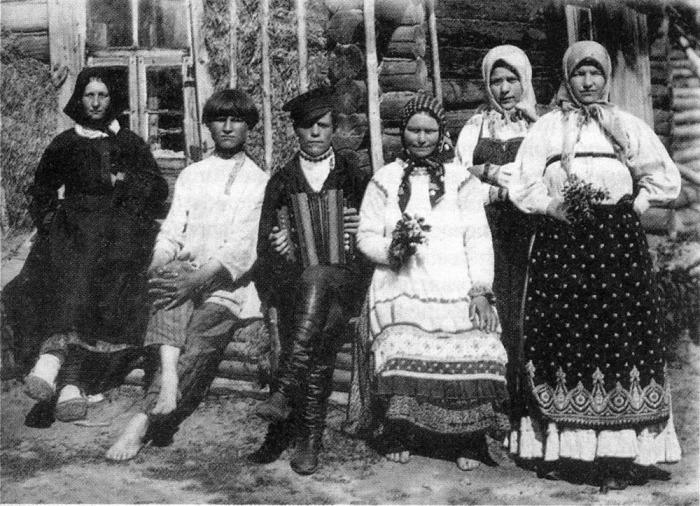 Деревенская молодежь на гулянье. Центральная Россия, начало  XX века.