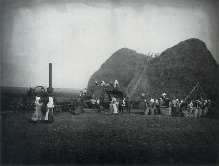 Молотьба в поле имения князя Кенига. 1910 год. Фото Я.В. Штейнберга.