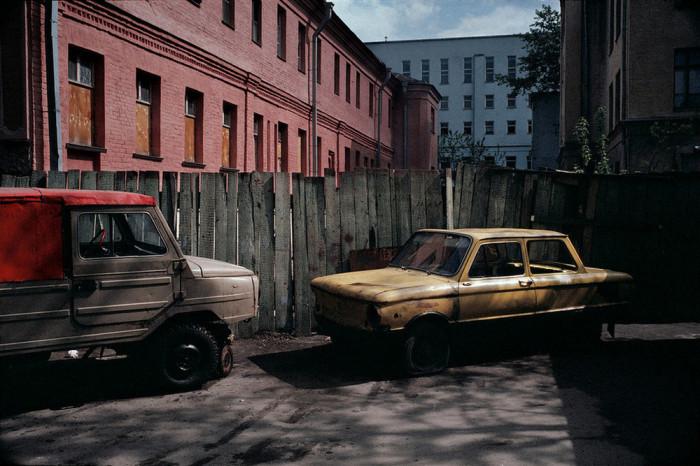 Заброшенные автомобили, собственники которых давно на них не ездят. СССР, Москва, 1989 год. Автор фотографии: Harry Gruyer.