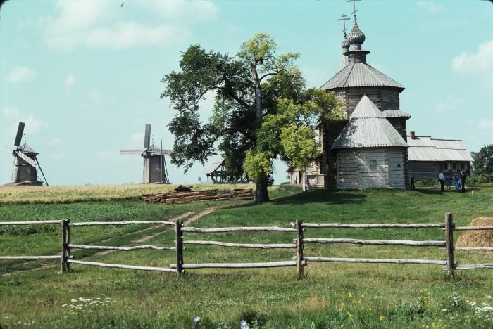 Ветряные мельницы и Воскресенская церковь из села Патакина. СССР, Суздаль, 1975 год.