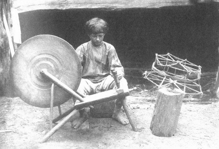 мальчик скручивает нитки для изготовления серпянки. Рязанской губерния, Касимовский уезд, село Алексеево. 1913