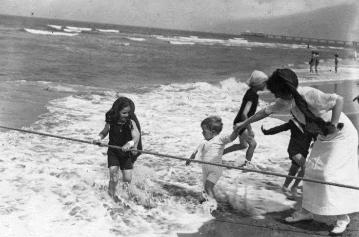 Уникальные ретро фотографии о том, как отдыхали на пляжах в начале XX века.
