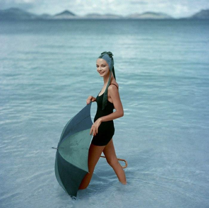 Модель в модном купальнике с зонтом. 1950-е годы.