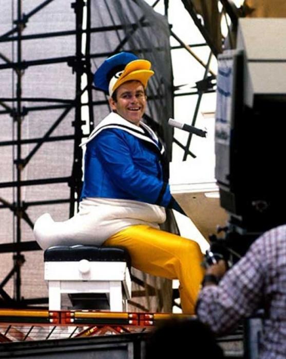 Элтон Джон выступает в костюме Дональда Дака в 1980 году.