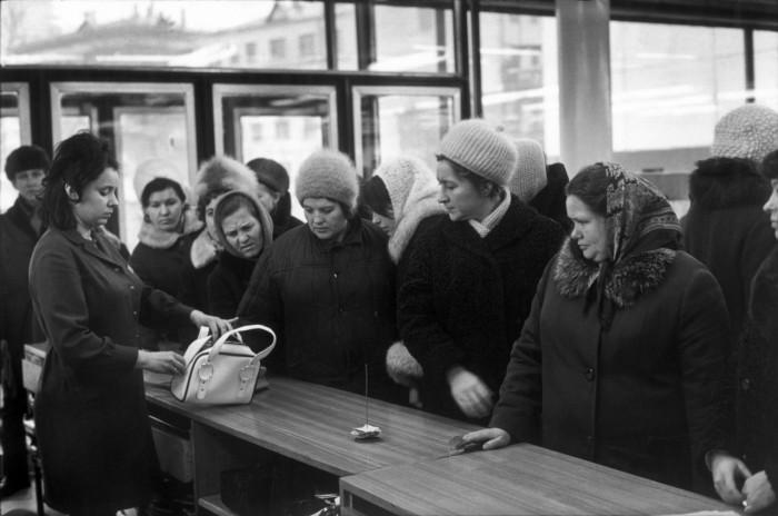 Очередь в магазине на одной из улиц в Центральном административном округе города Москвы.