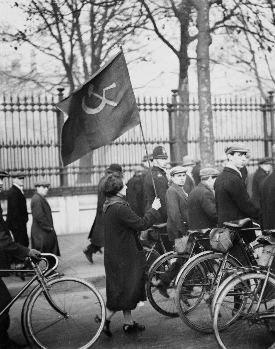 Женщина на коммунистическом марше в Лондоне, 1928 год.