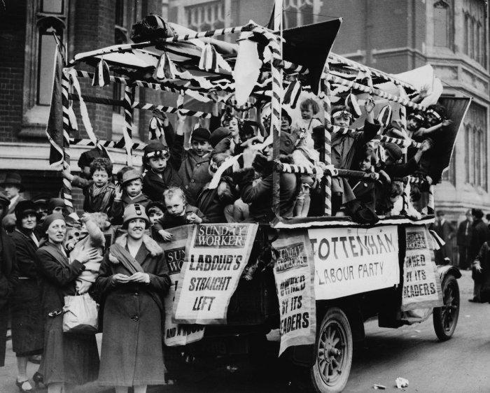 Коммунистическая установка от Лейбористской партии, покрытая листовками от «Sunday Worker» и во время Первомайского парада в Гайд-парке. Лондон, 1 мая 1928 года.