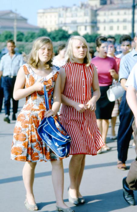 Студентки идут домой после лекции.