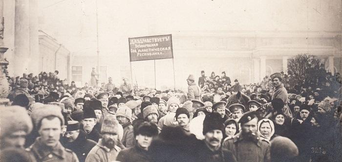 Войска у здания Государственной Думы. Петроград, 1917 год.