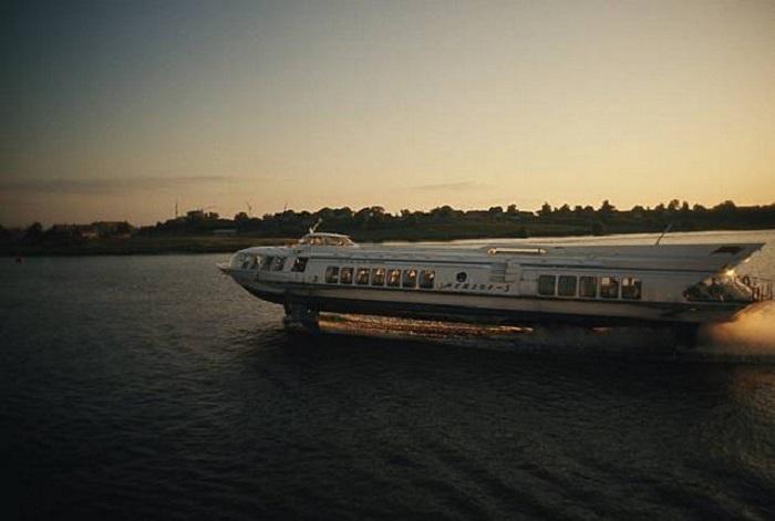 Метеор несёт экскурсантов по Москва-реке.