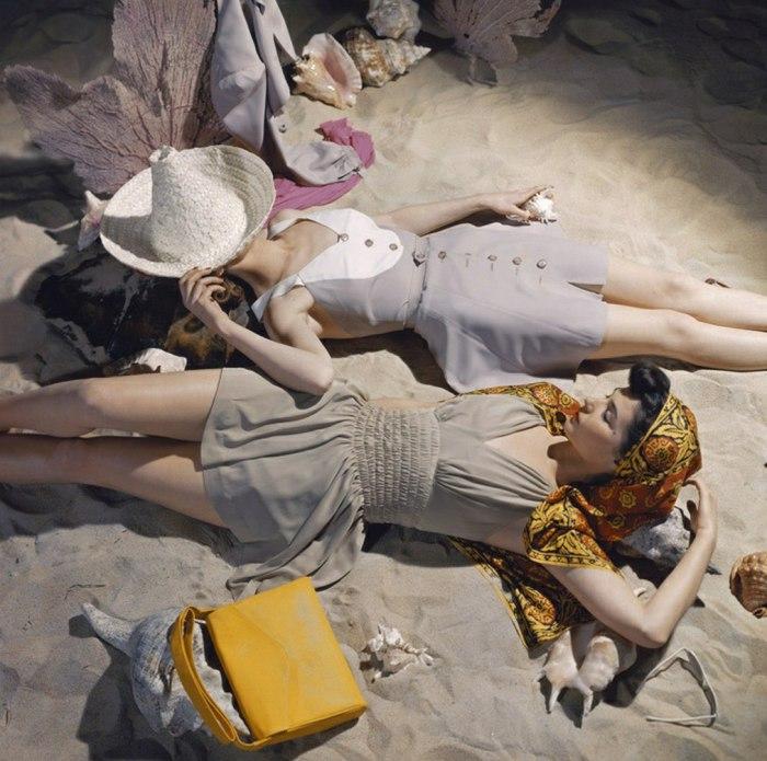 Две девушки, загорающие на пляже в модных платьях. 1960-е годы.
