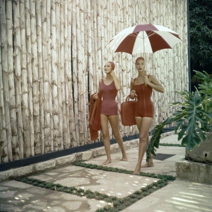 Две модницы в красных купальниках идущие с пляжа. 1960-е годы.
