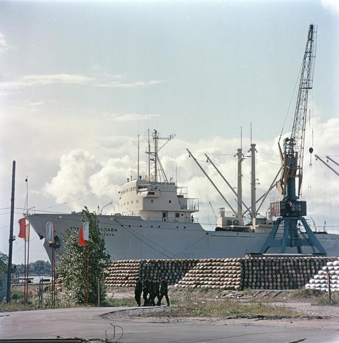 Грузовой корабль в Таллинском порту. СССР, Эстония, 1960-е годы.