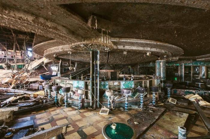 Разрушенная временем барная стойка внутри полузатонувшего круизного лайнера Costa Concordia. Фото: Jonathan Danko Kielkowski.