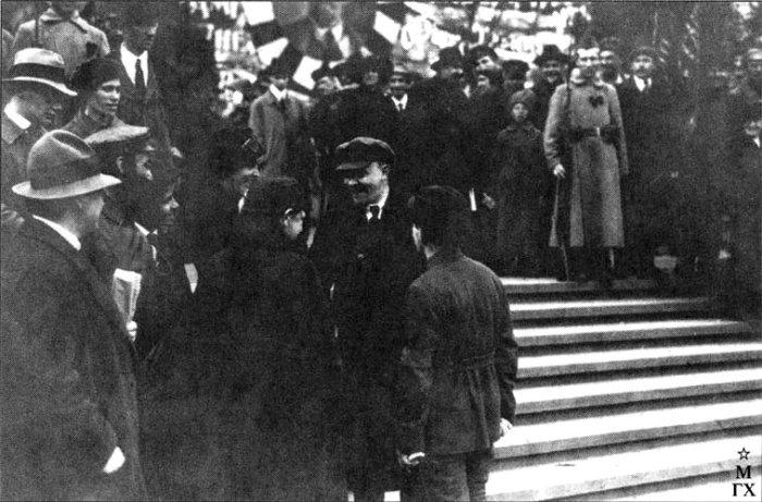 Владимир Ильич Ленин проверяет ход выполнения плана монументальной пропаганды. Ответственный за выполнение Фридрих Лехт. 1919.