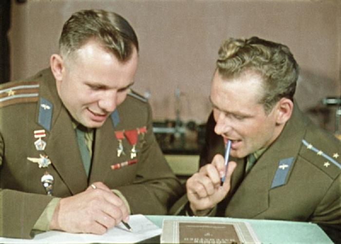 Ю.А. Гагарин и Титов на теоретических занятиях в ЦПК на территории звездного городка. 1961 год.
