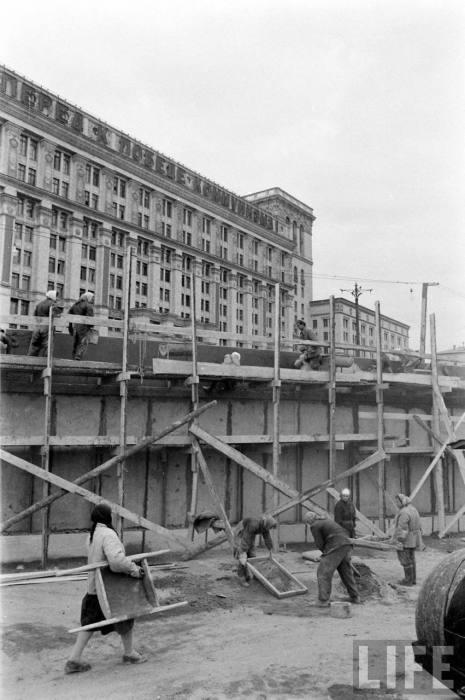 Женщины работающие на стройке. СССР, Москва, 1961 год.