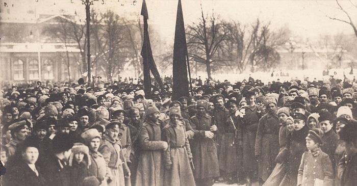 Солдаты и офицеры на Невском проспекте. Петроград, конец 1917 года.