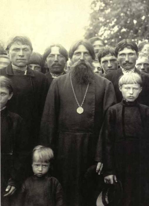Крестьяне села Моховое после воскресной молитвы. 1902 год.