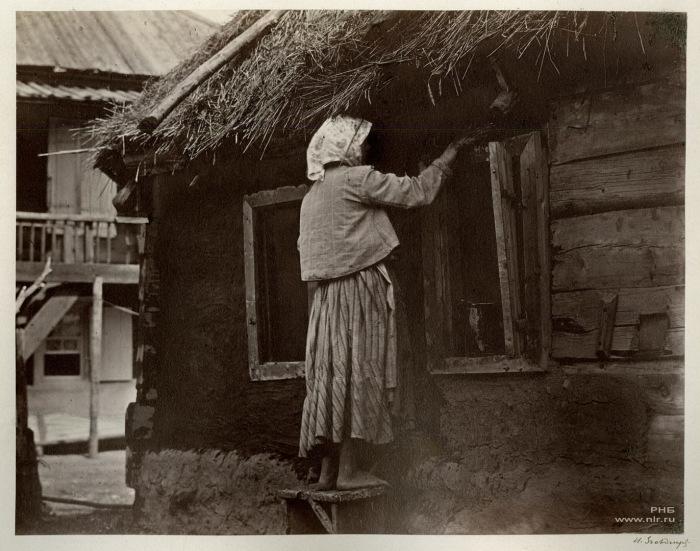 Казачка чинит окно. Цимлянская станица. 1875-1876 год.