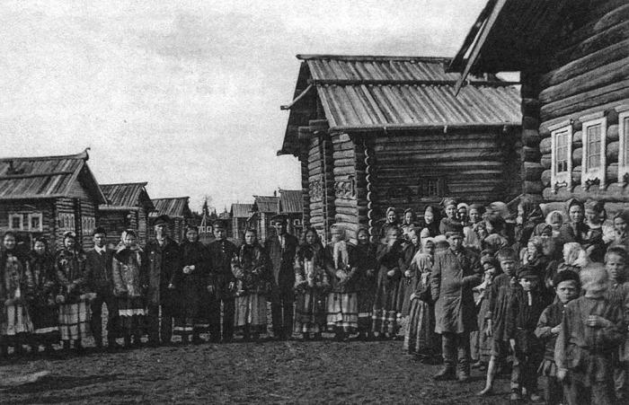 Гулянье в деревне на празднике. Начало ХХ века.