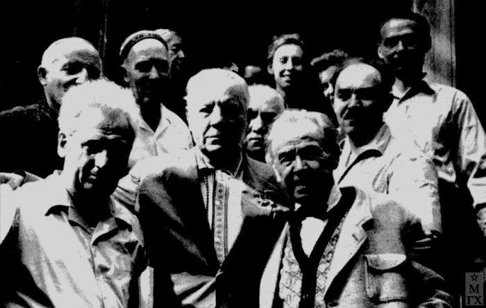 На открытии выставки ассоциации художников революционной России Е. Кацман, К. Ворошилов, А. Герасимов, С. Тавасиев, П. Корин, К. Финогенов. 1930-е